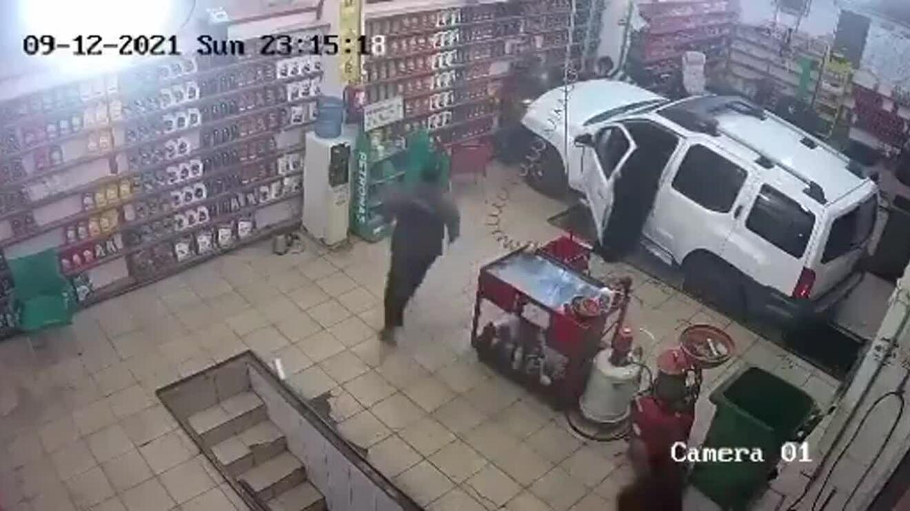 Nữ tài xế chèn trúng thợ sửa xe