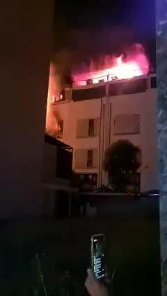 Bốn biệt thự liền kề cháy rụi
