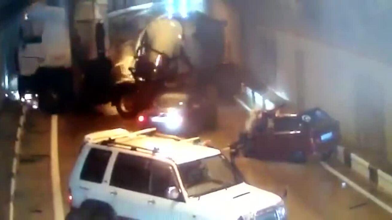 Tai nạn liên tiếp trong đường hầm trơn trượt