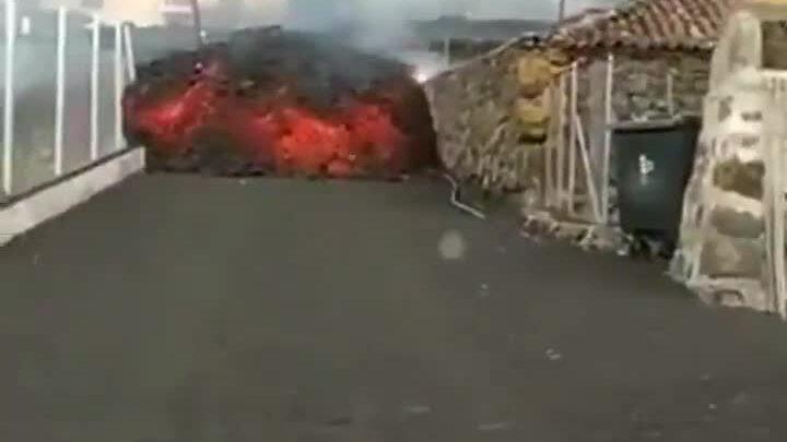 Dòng chảy dung nham đỏ rực sau khi núi lửa phun trào