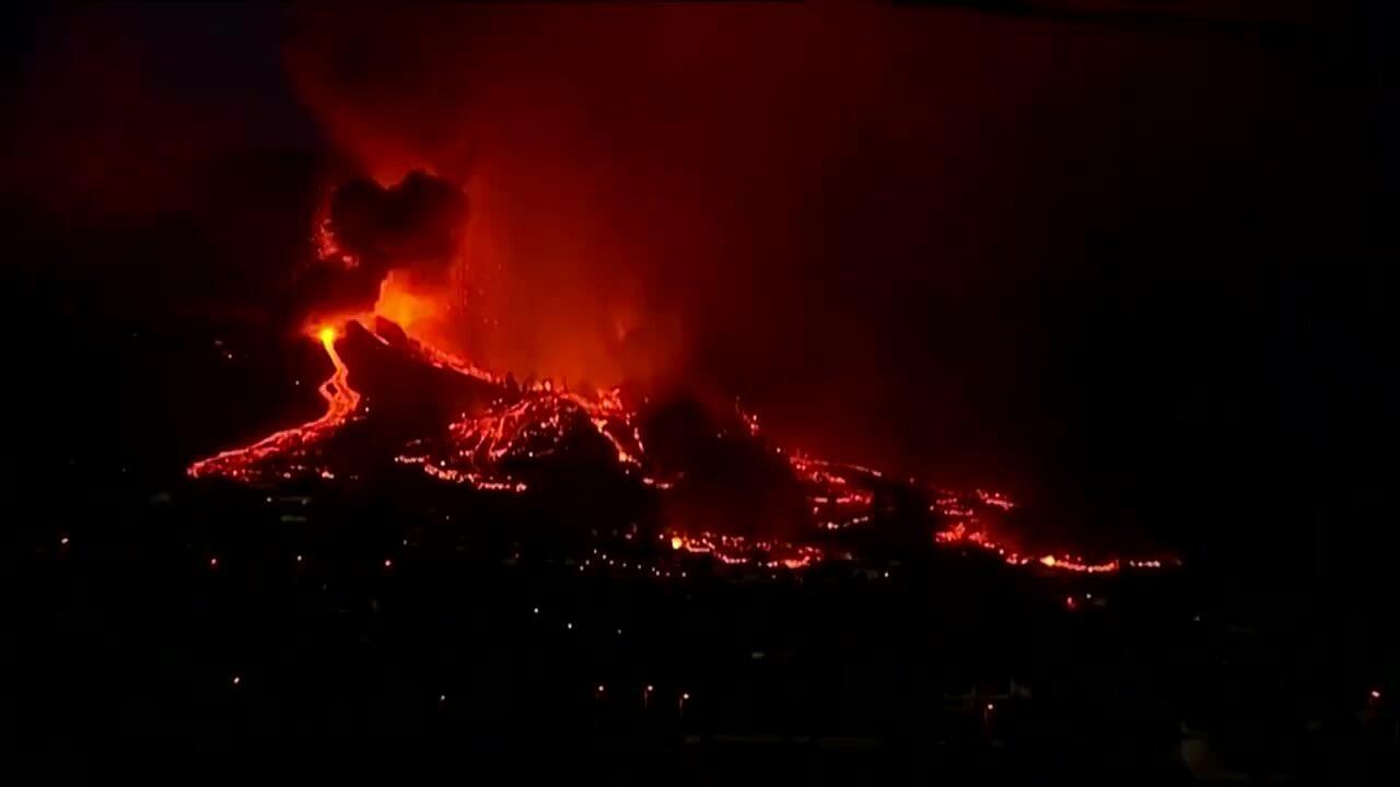 Dung nham tràn vào làng sau khi núi lửa phun trào