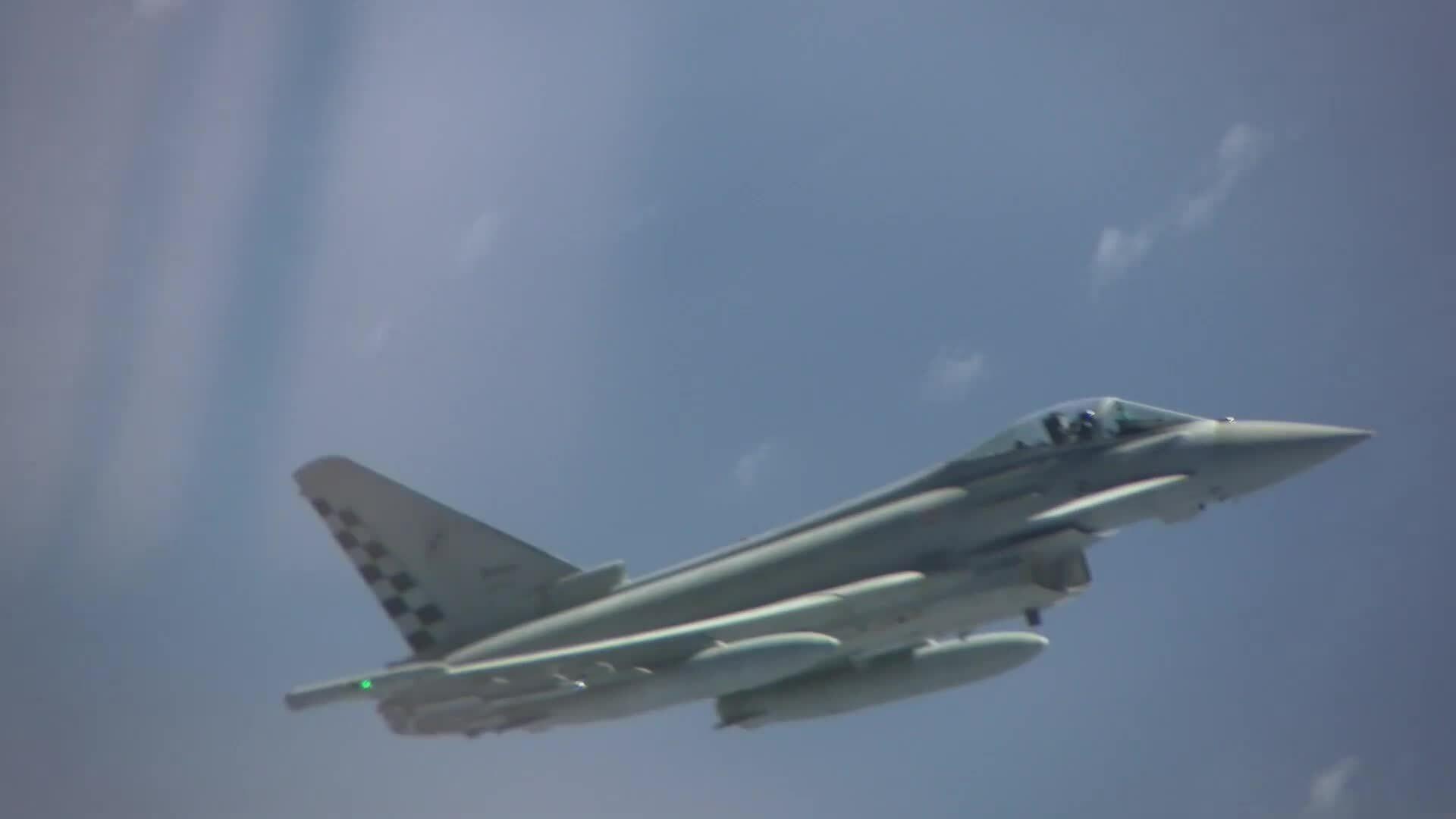 Oanh tạc cơ Nga chạm mặt loạt tiêm kích NATO