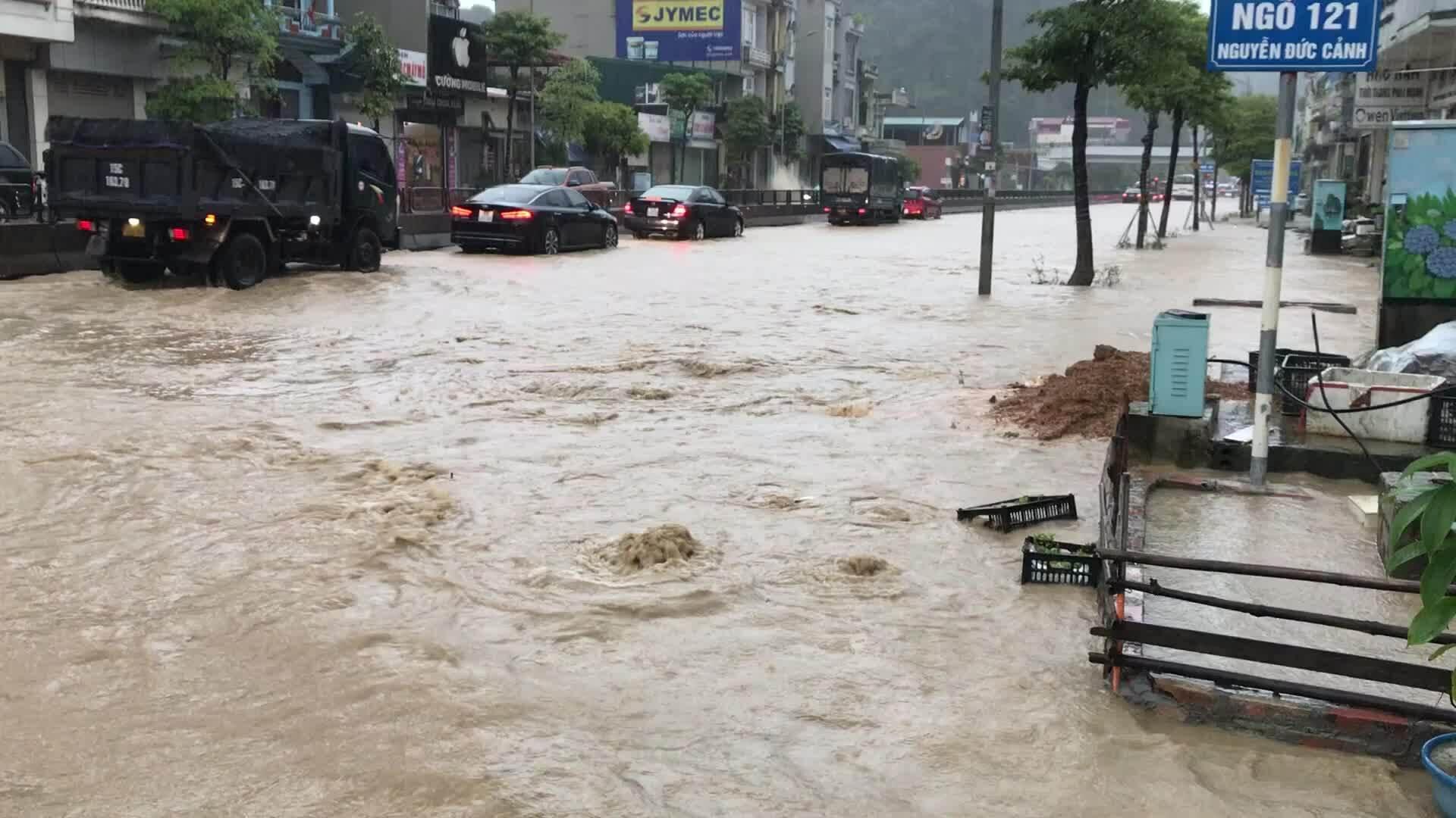 Video Mưa lớn gây ngập nhiều khu vực trên quốc lộ