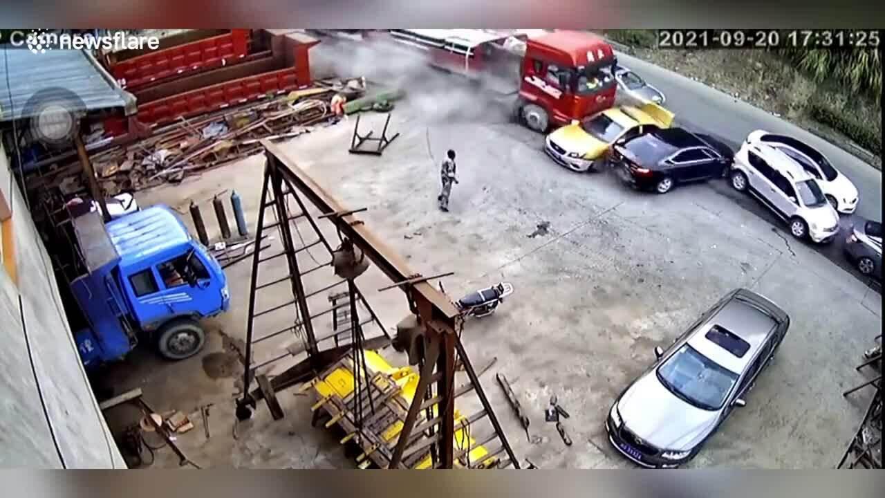 Xe tải ủn một loạt ôtô con dừng bên đường
