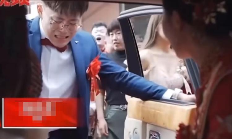 Em trai chặn xe hoa, khóc nức nở khi chị lấy chồng