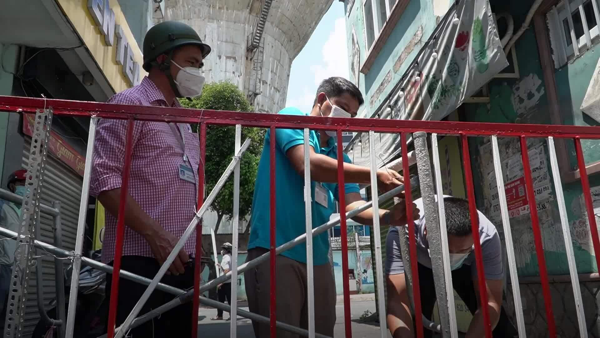 Sài Gòn tháo dỡ hàng rào chắn