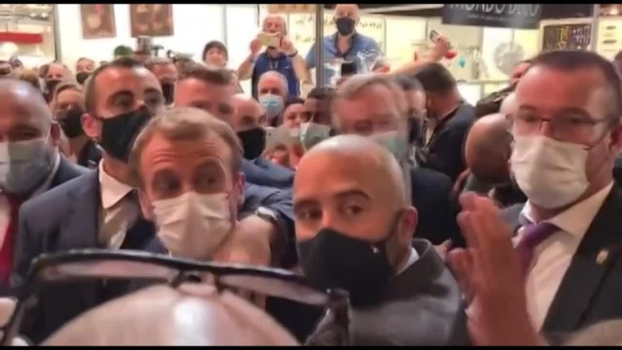 Macron bị ném trứng