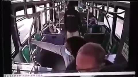 Người phụ nữ da màu che chắn cho cụ ông gốc Á bị tấn công