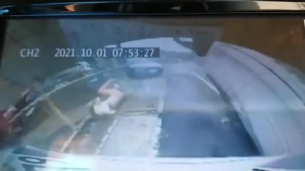 Người phụ nữ văng ra khỏi ôtô lật ngửa