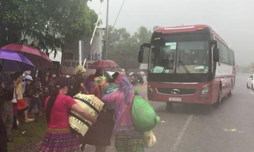 Trung chuyển đoàn 380 người đi bộ về quê