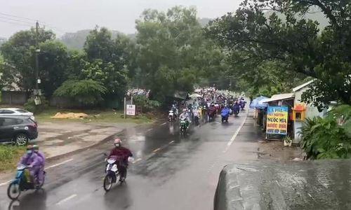 Vì sao người dân chạy xe máy cả nghìn cây số về quê.