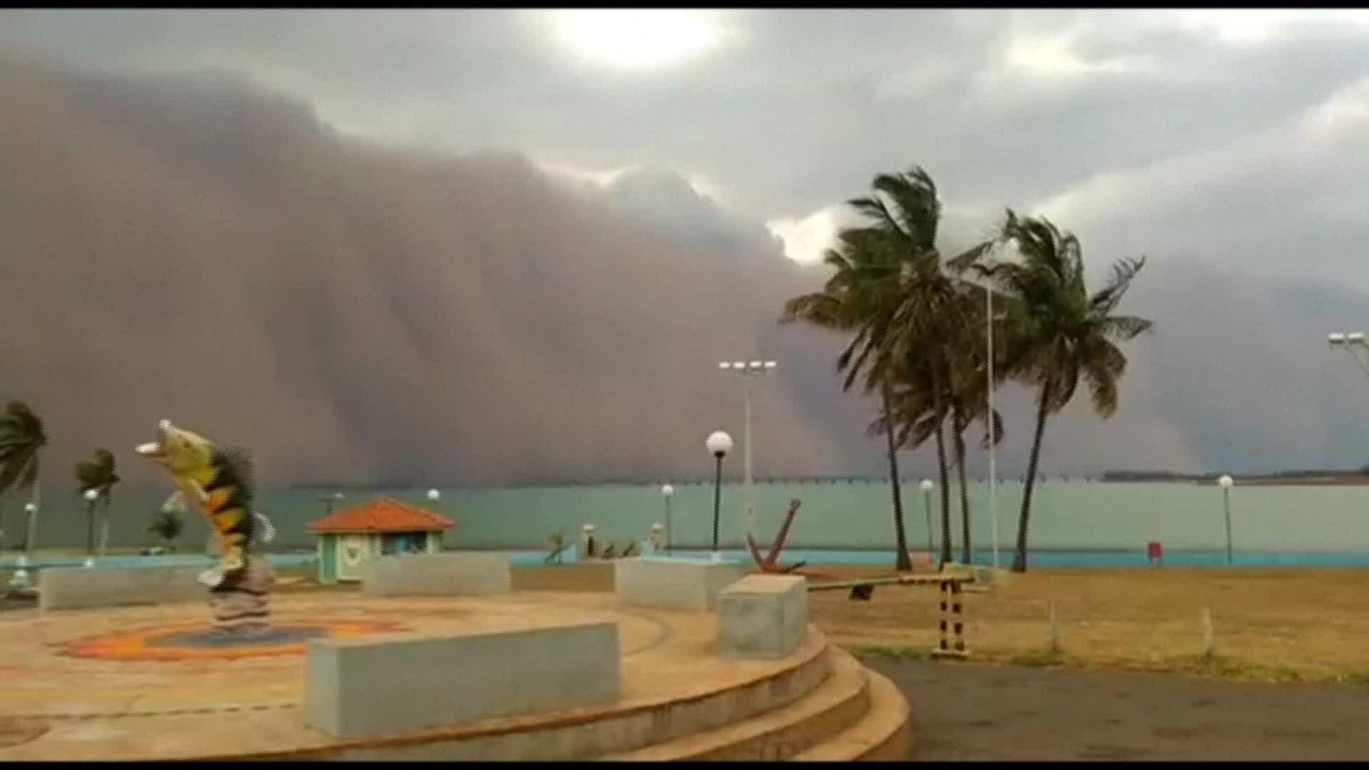 Bão cát khổng lồ chắn ngang đường chân trời