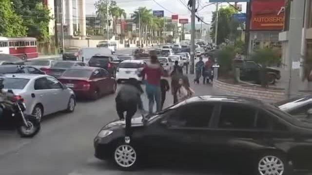 Đi trên mui xe vì tài xế chiếm đường