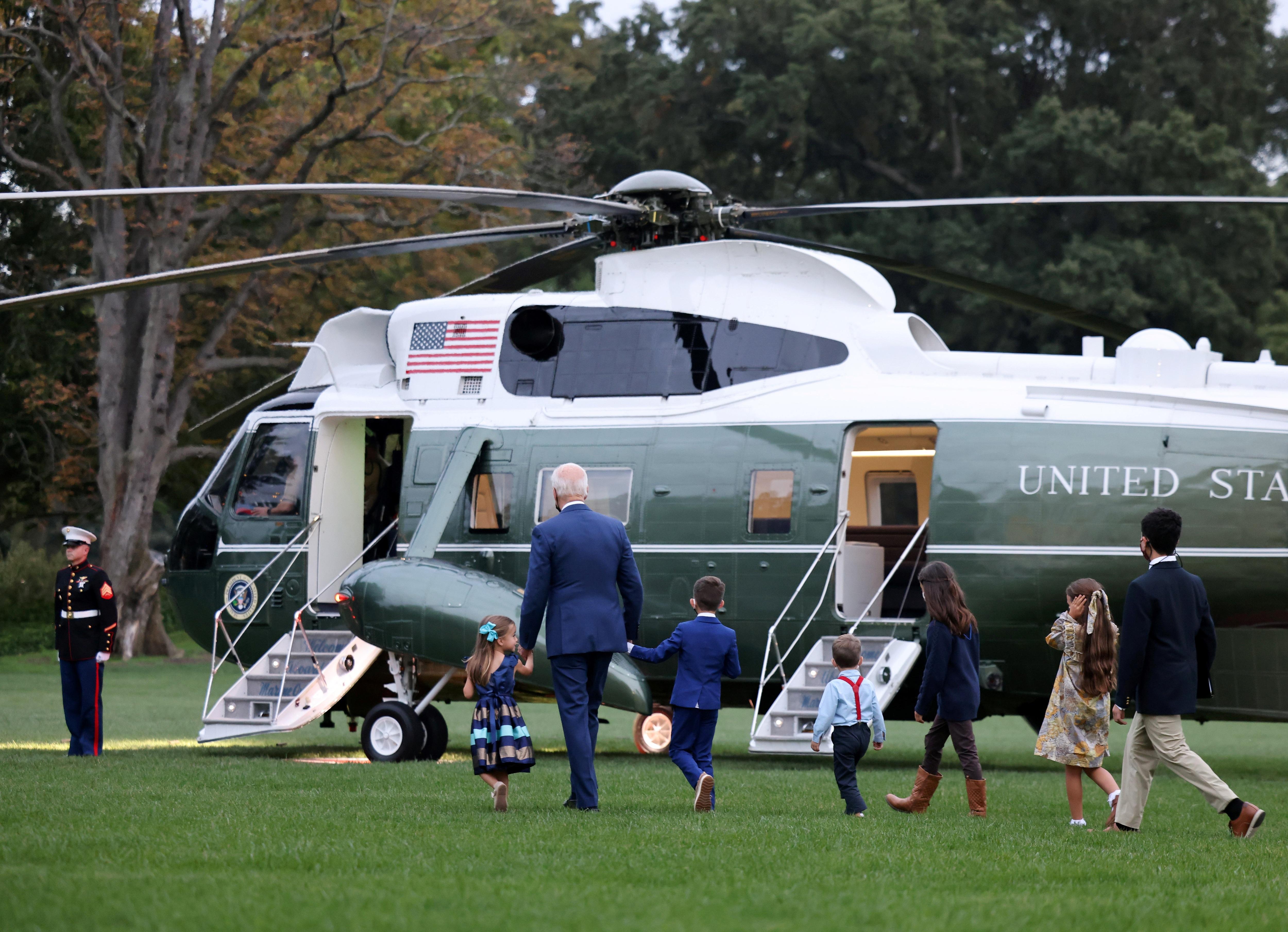 Biden dắt trẻ thăm trực thăng Marine One