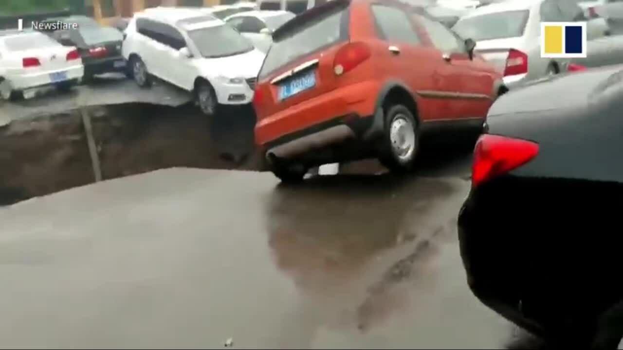 Hố tử thần nuốt chửng ôtô trong bãi đỗ