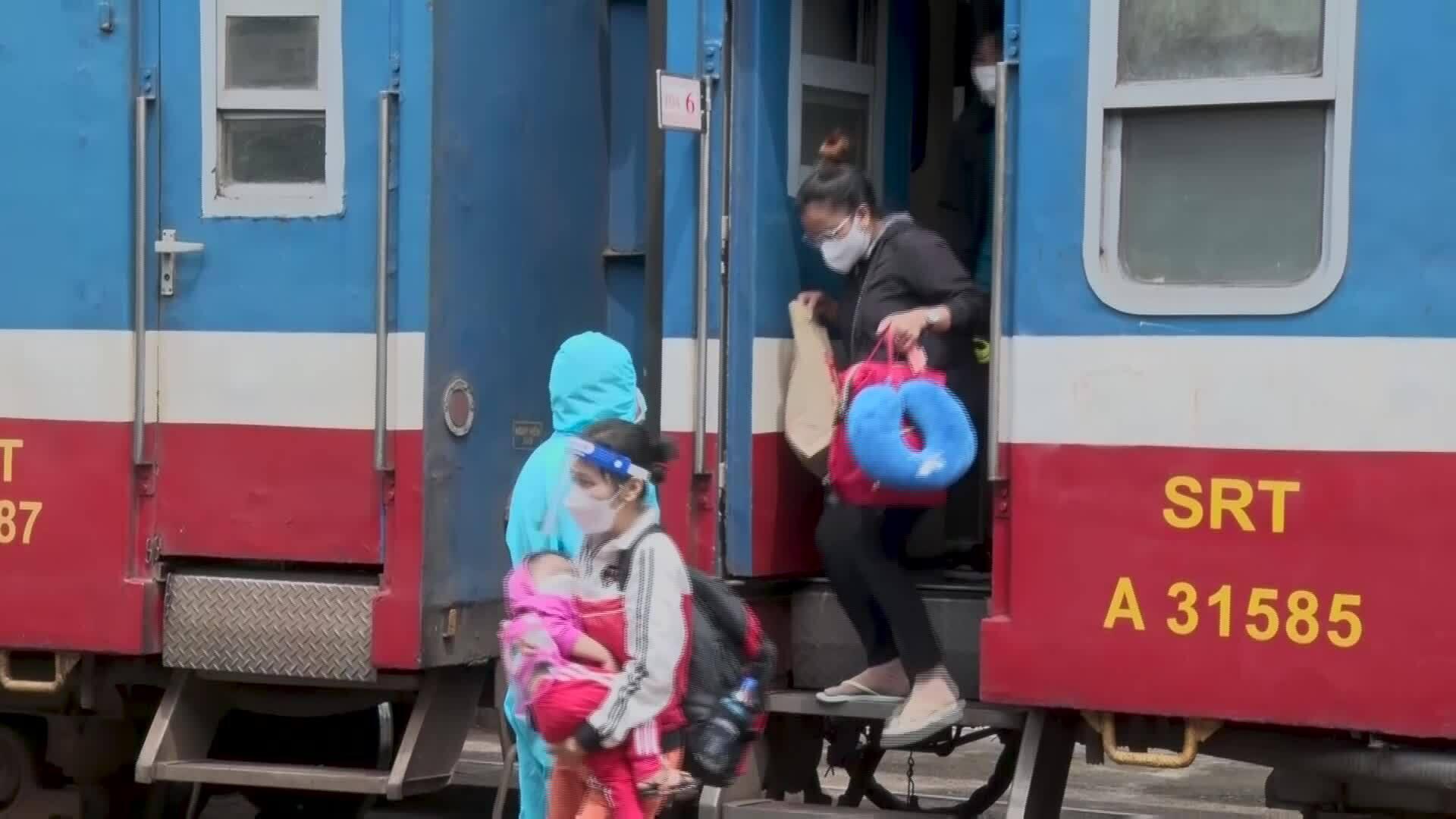 Quảng Bình đón gần 2.400 người về quê bằng tàu hoả