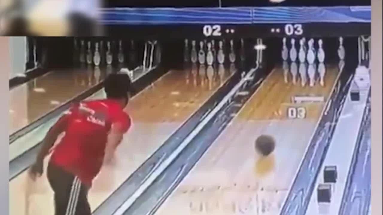 Pha ném bowling 'ảo ma' của chàng trai