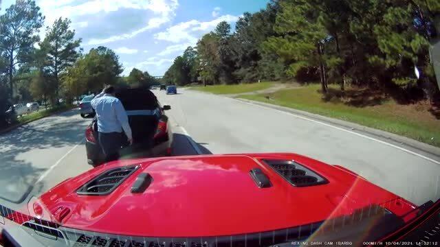 Tài xế hồn nhiên dừng ôtô giữa đường kiểm tra cốp