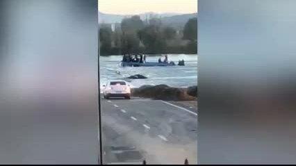 Xe buýt lao khỏi cầu ngập lũ, 13 người chết