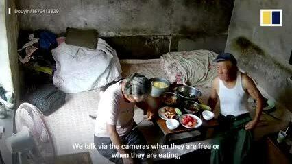 Con trai lắp camera quanh nhà để thấy bố mẹ mỗi ngày
