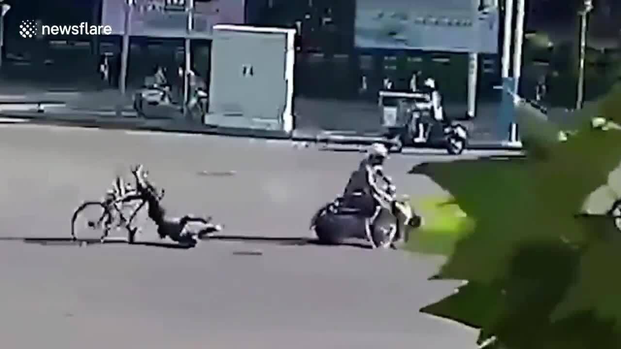 Xe máy ngáng đường khiến người đi xe đạp ngã đập đầu