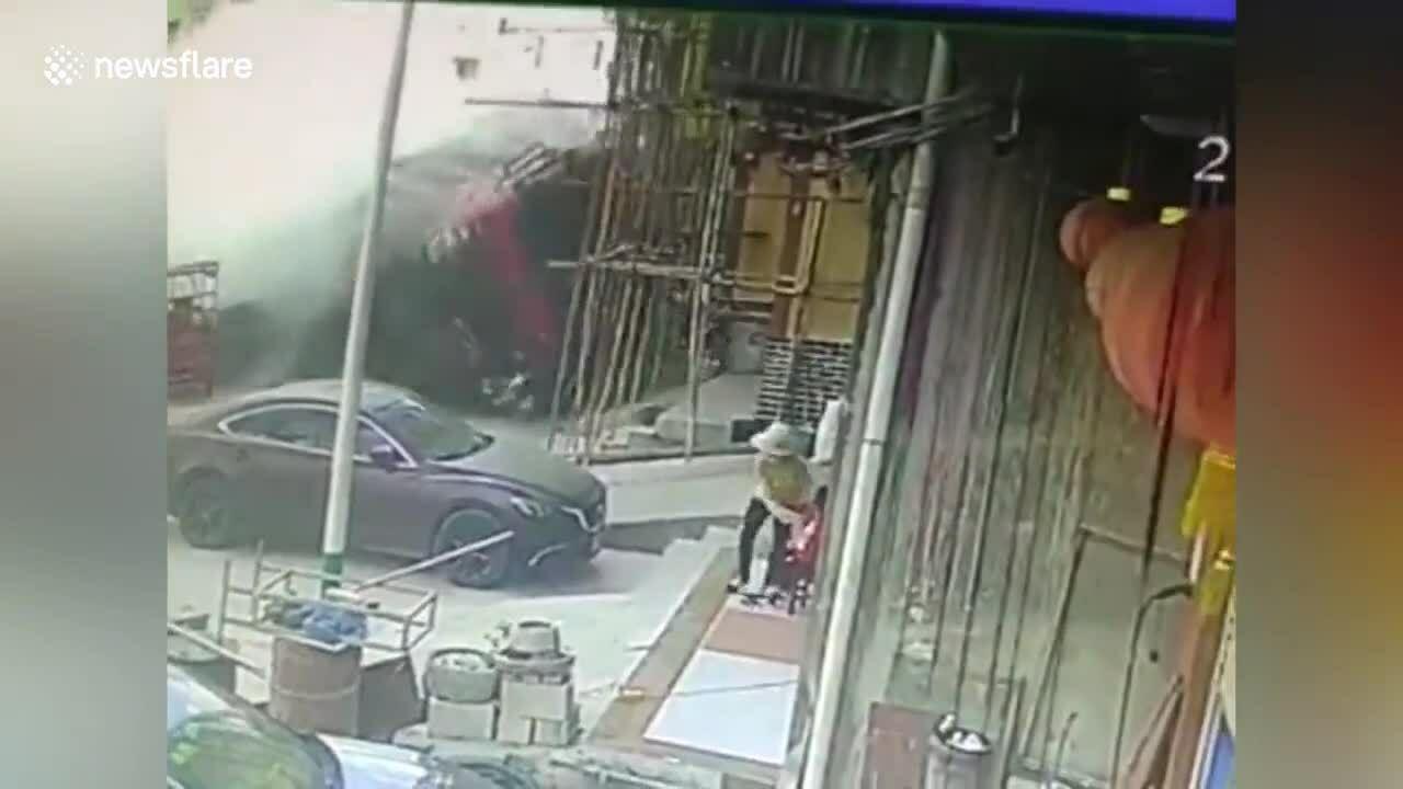 Xe tải mất lái lao vào nhà bên đường
