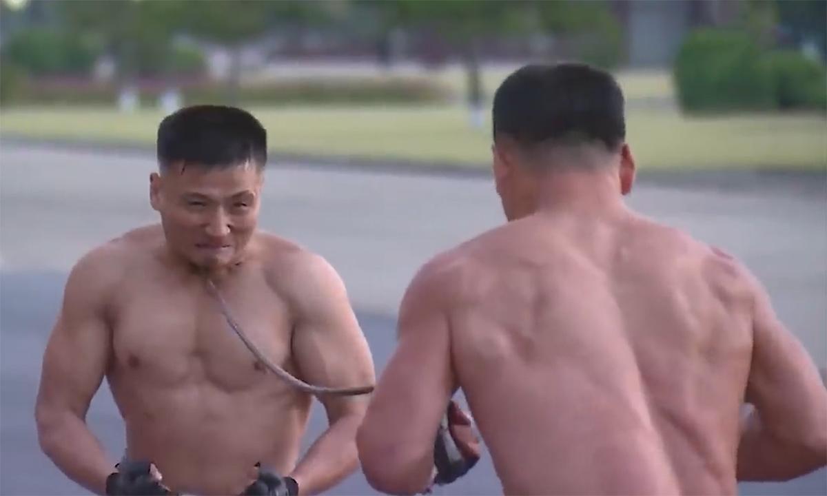 Đặc công Triều Tiên trình diễn kỹ năng chém đinh chặt sắt